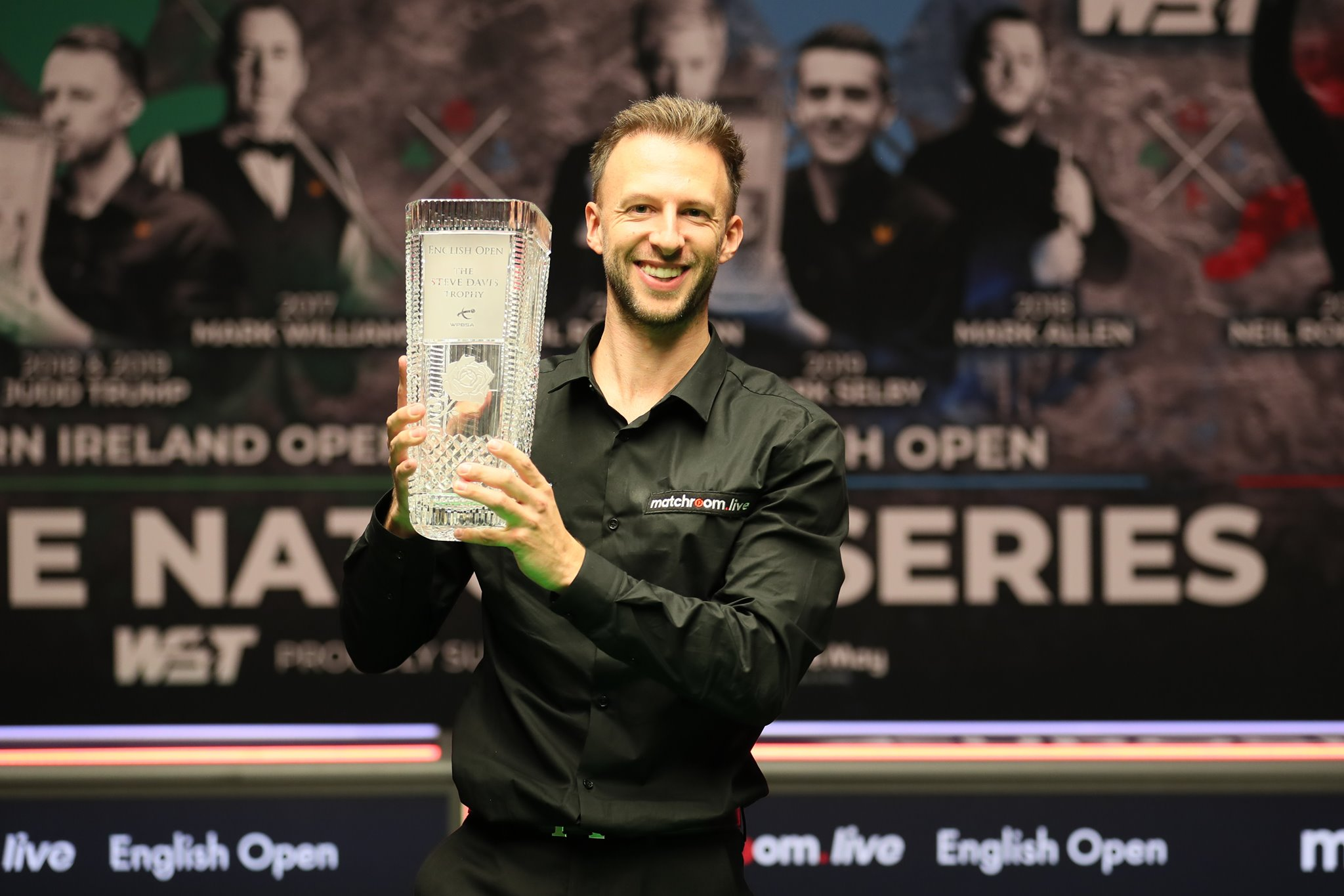 Judd Trump mit der Trophäe der English Open